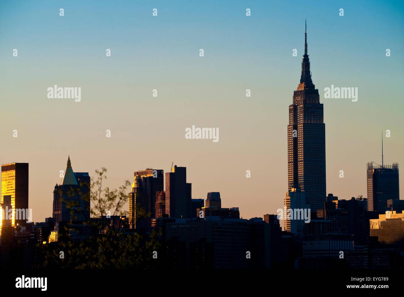 Vue sur Manhattan et l'Empire State Building, de l'Est River State Park, au crépuscule, Williamsburg, Photo Stock
