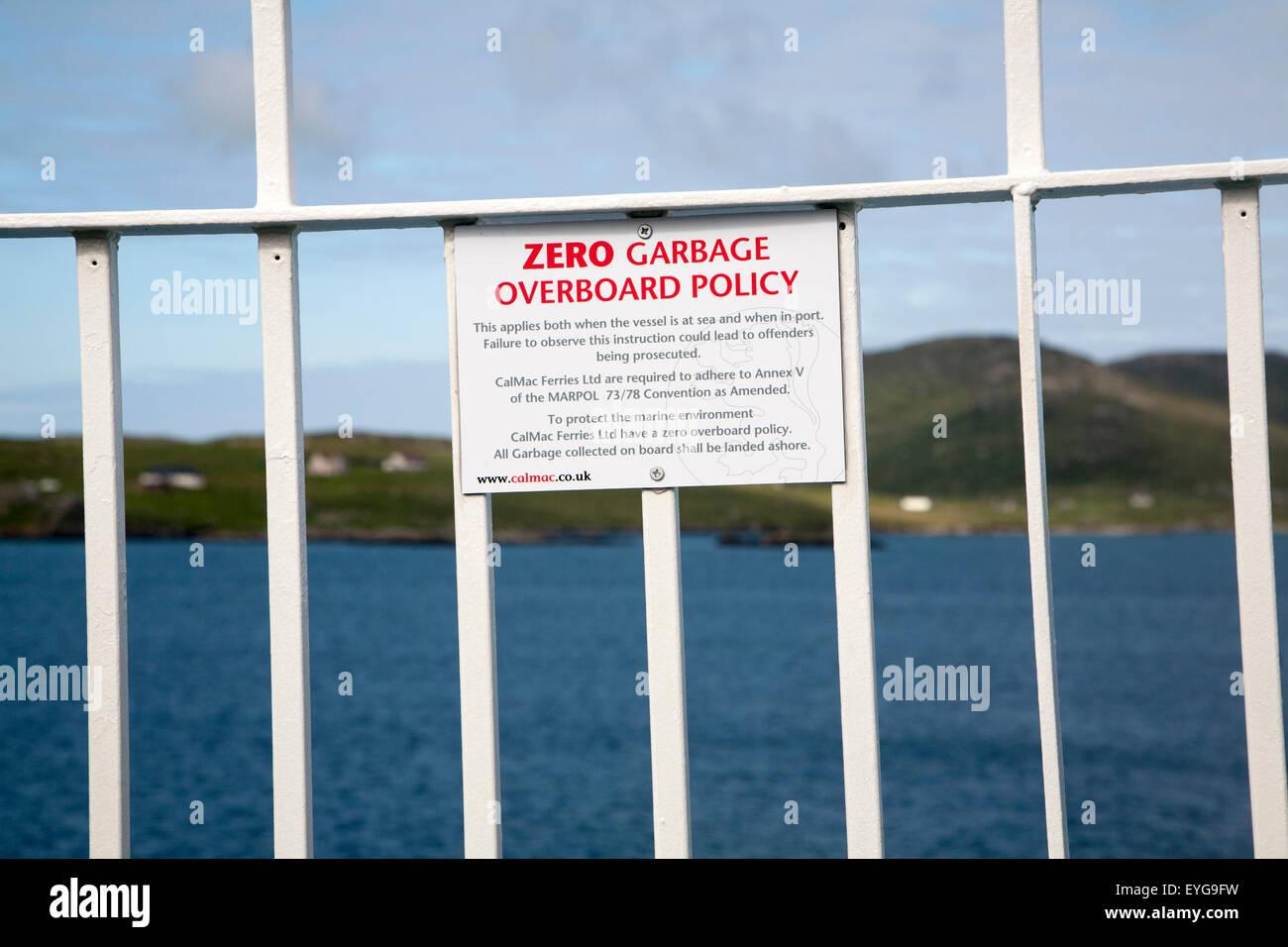 Signe de la politique zéro déchets par-dessus bord sur Caledonian Mcbrayne ferry Ecosse, Royaume-Uni Photo Stock