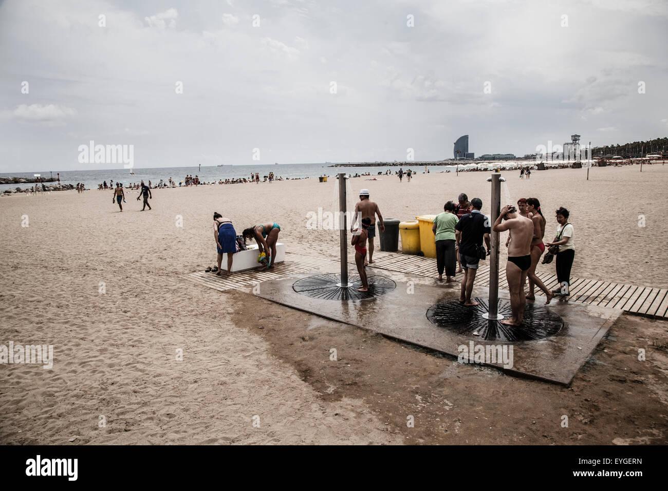 Les hommes prenant une douche dans la plage de la Barceloneta Photo Stock