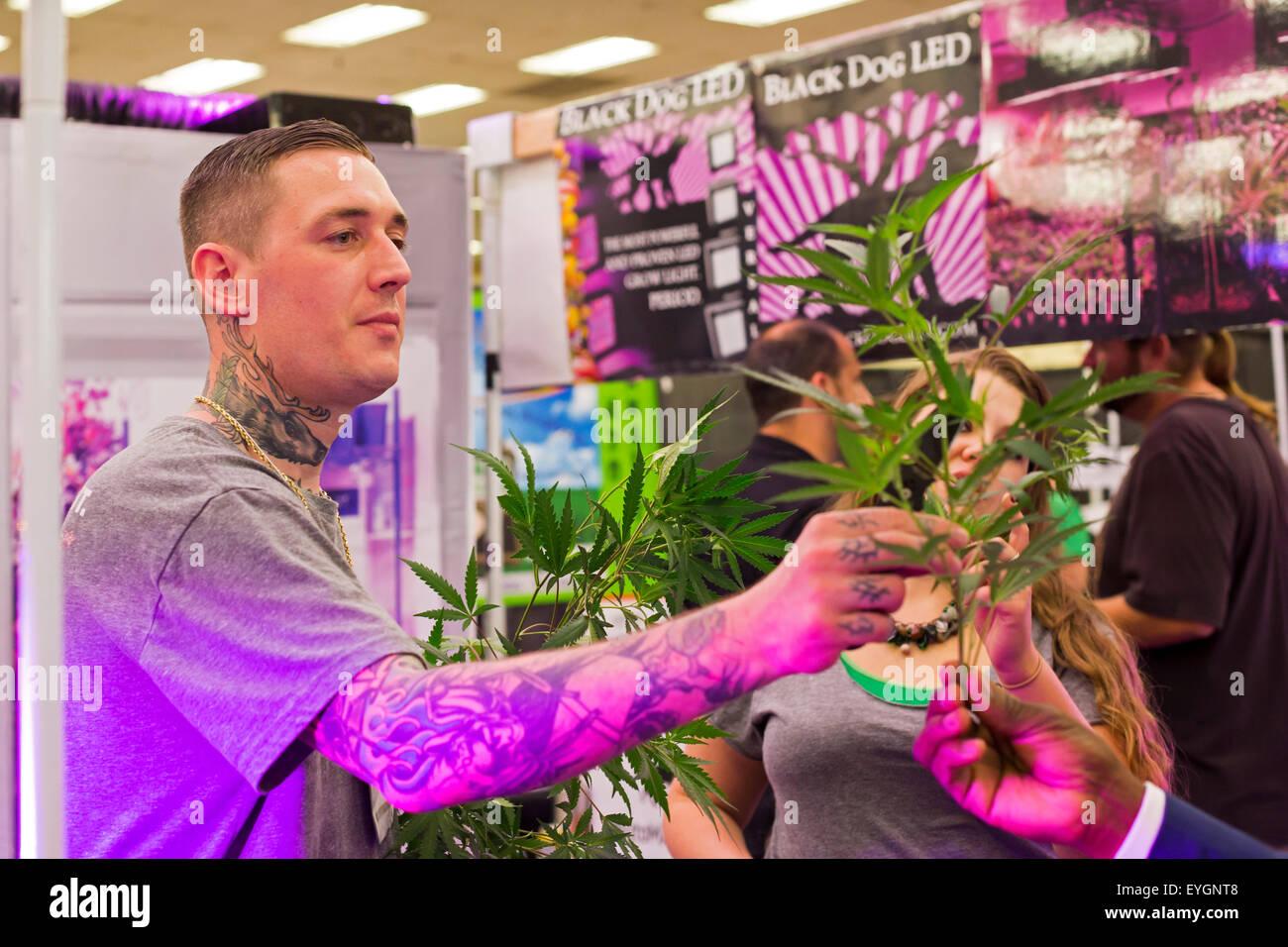 Denver, Colorado - Un vendeur de croître les lumières à l'INDO Expo, un salon commercial de la marijuana. Banque D'Images