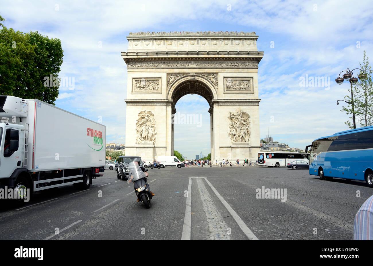 Une vue sur l'Arc de Triomphe à Paris. Photo Stock