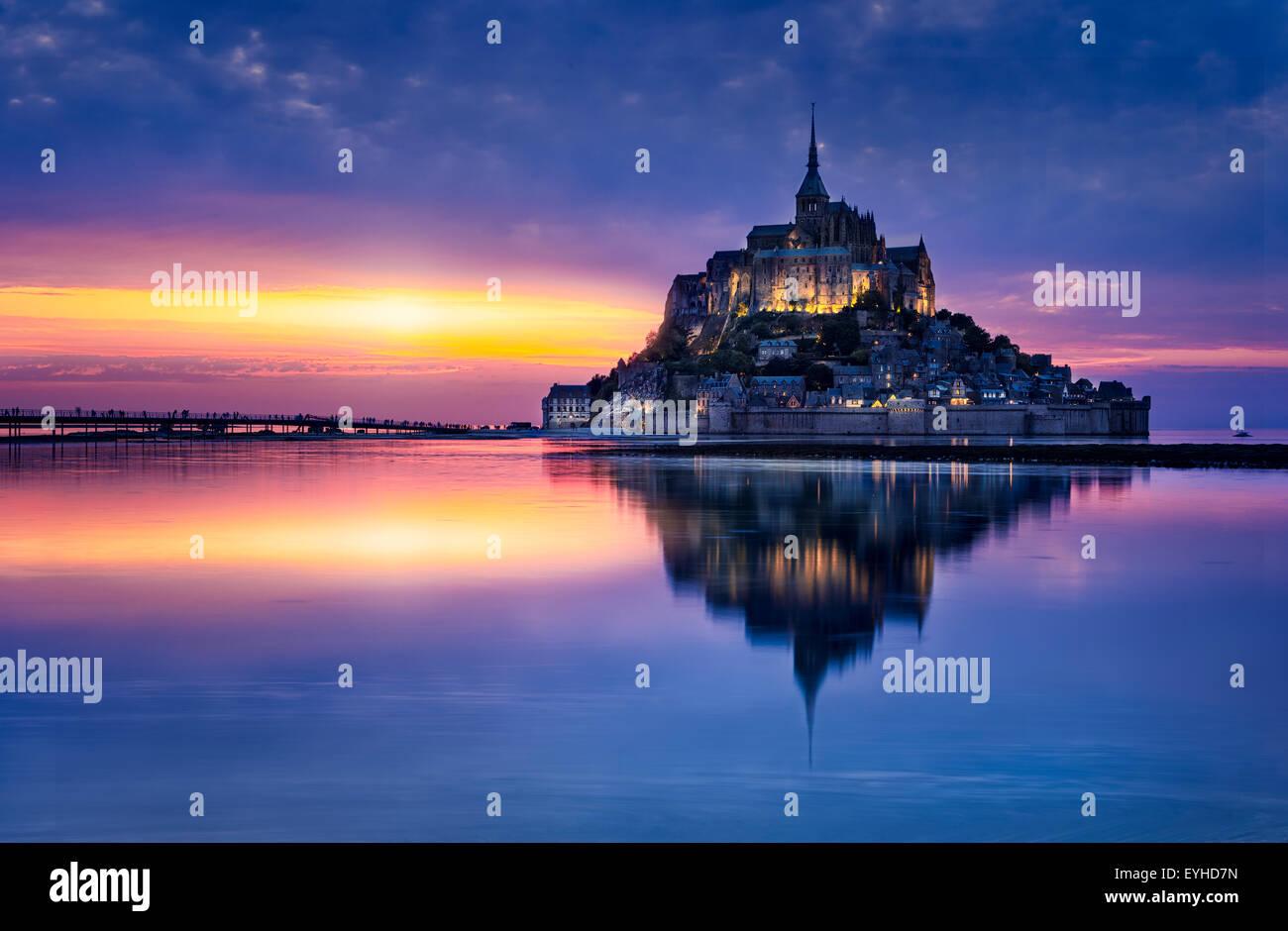 Le Mont-Saint-Michel dans le crépuscule Photo Stock