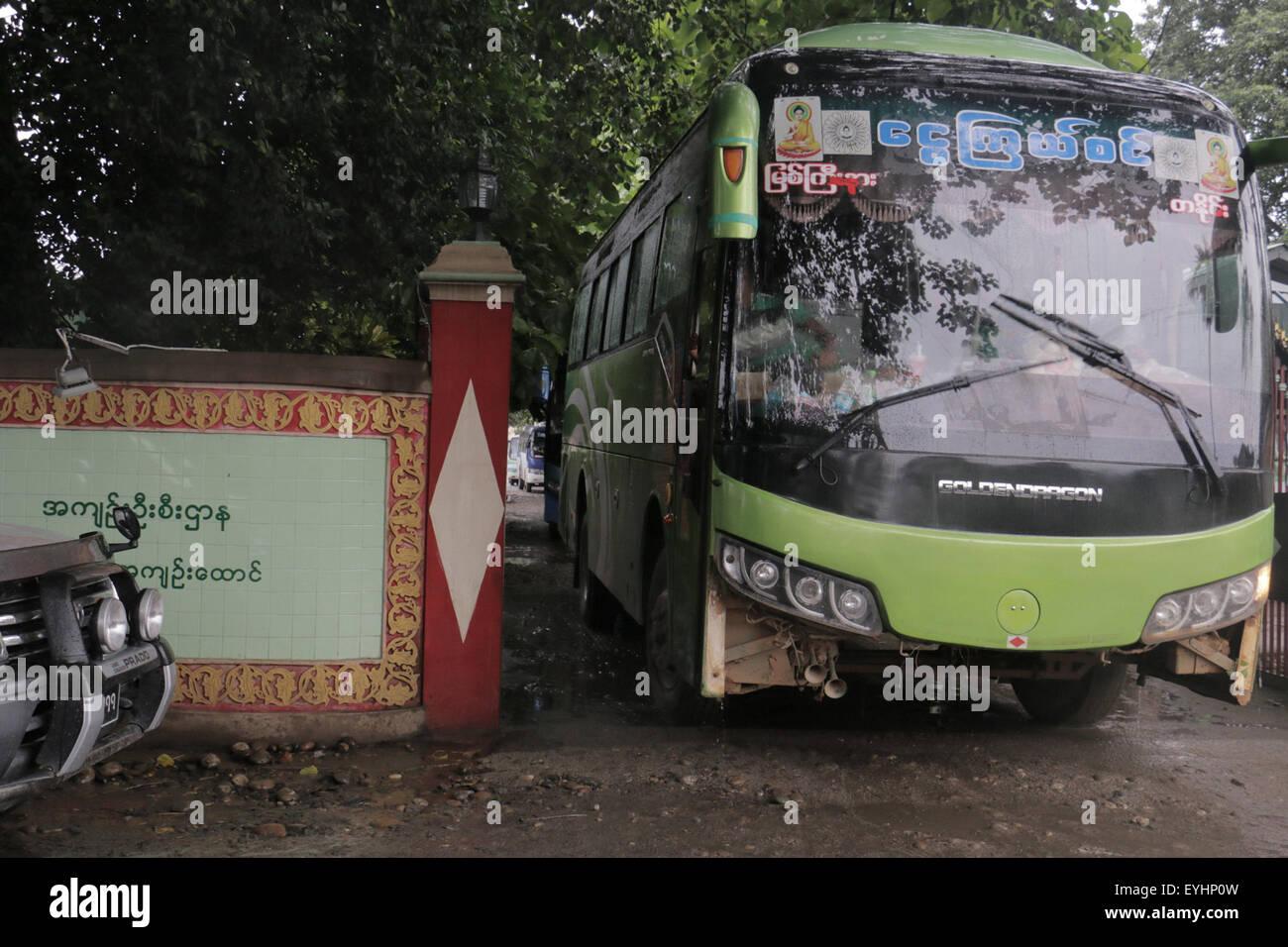 Myitkyina. 30 juillet, 2015. Un bus transporte les bûcherons chinois après avoir été libéré Photo Stock