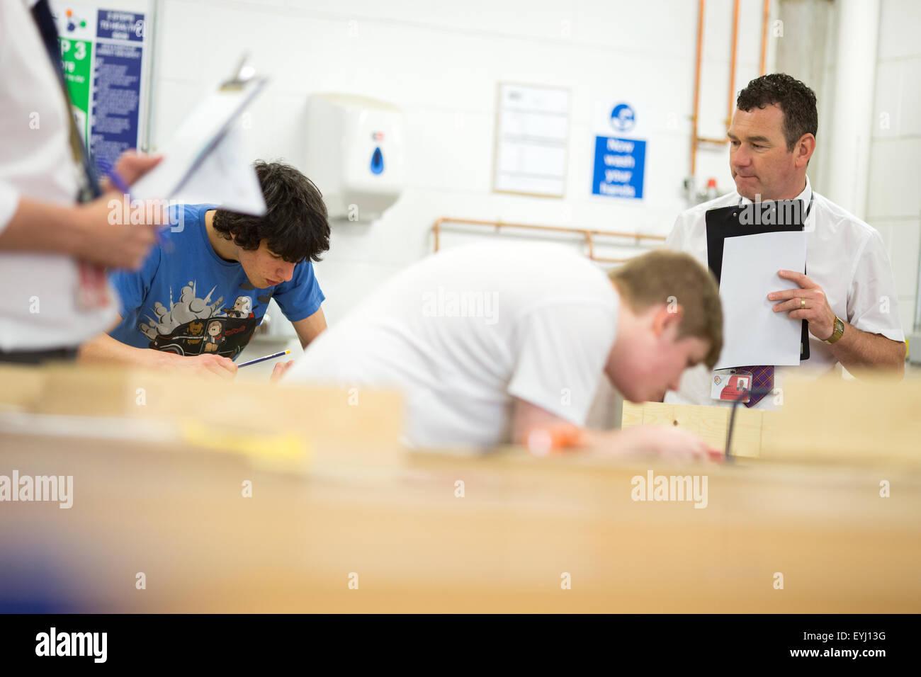 Les enseignants évaluent a woodwork class à Bolton College Photo Stock