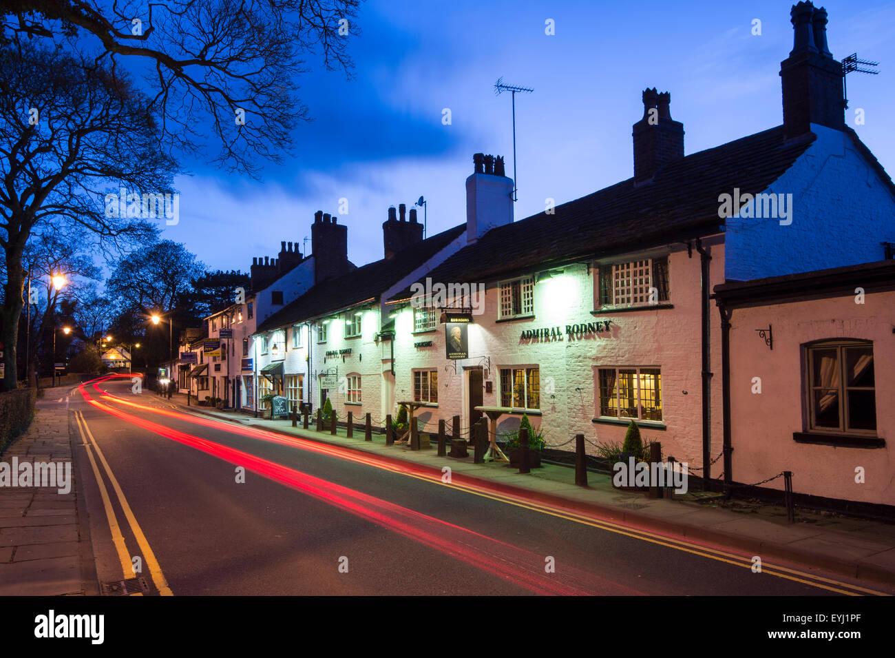 L'amiral Rodney en Prestbury Village, la nuit, près de Prestbury, Macclesfield, Cheshire. Banque D'Images