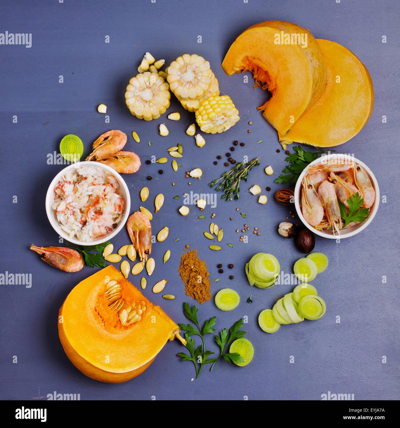 Ingrédients pour la soupe de potiron et de crevettes en plongée des Photo Stock