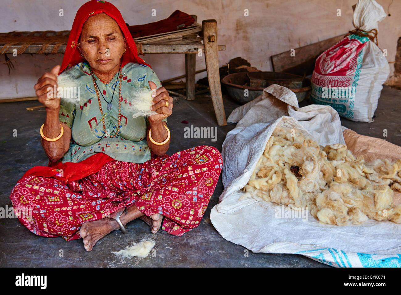 L'Inde, le Gujarat, Kutch, village Padhar Ahir, groupe ethnique, la filature de laine Photo Stock