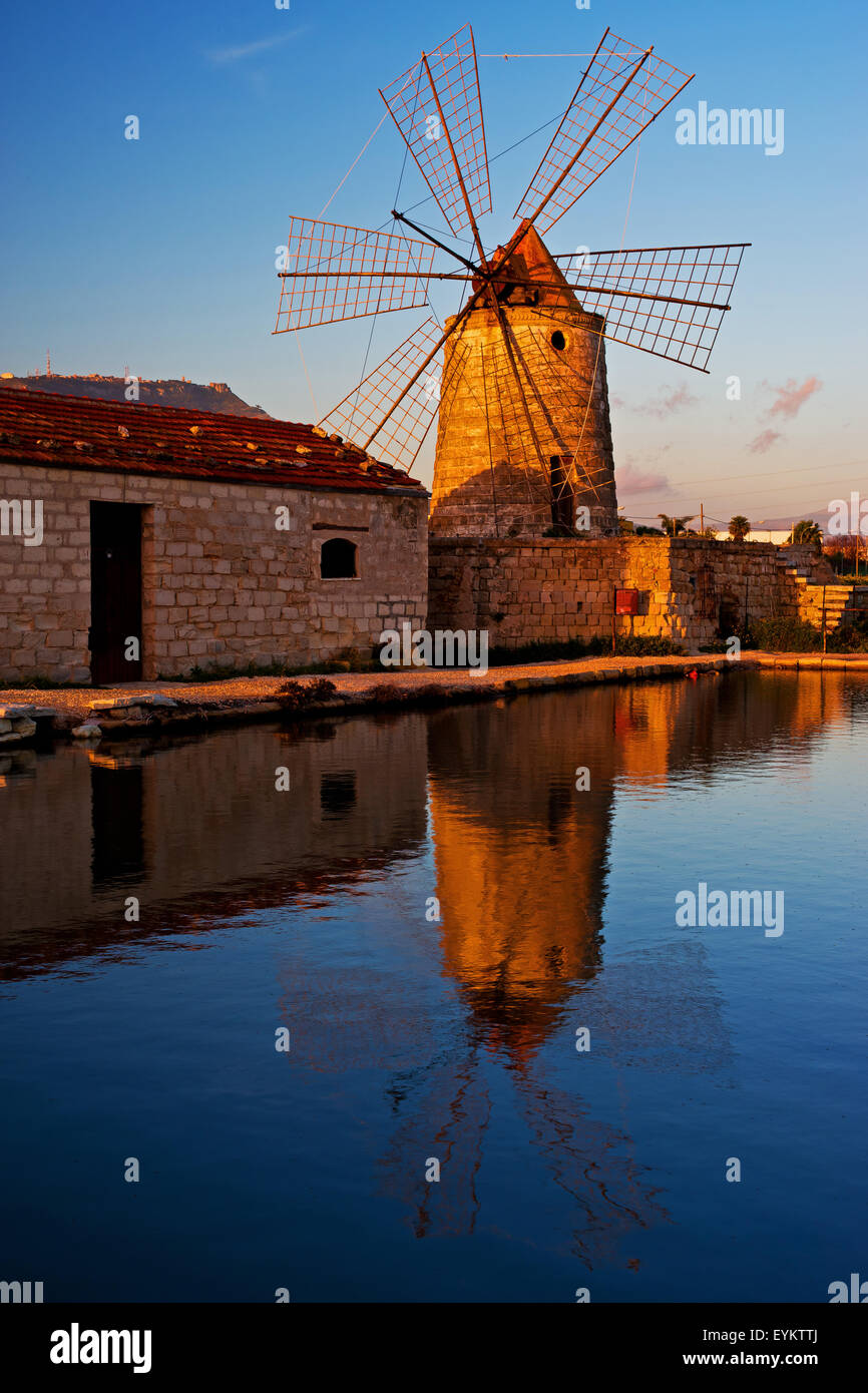 Moulin à l'ancienne saline layout dans Trapani, Sicile, Italie, Photo Stock