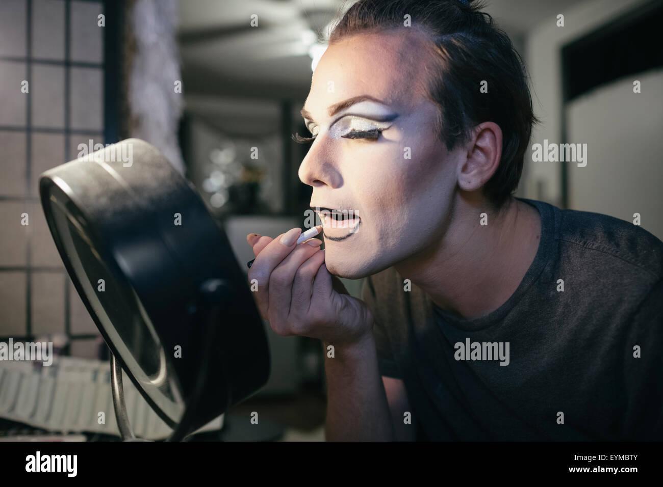 Drag Queen mâle mise sur le maquillage et s'habillant en préparation pour une performance Photo Stock