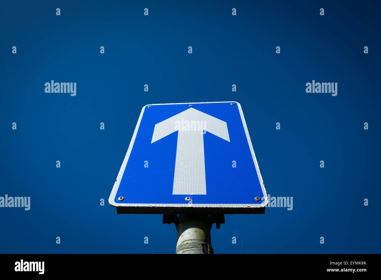 Une flèche road sign against a blue sky with copy space UK Photo Stock