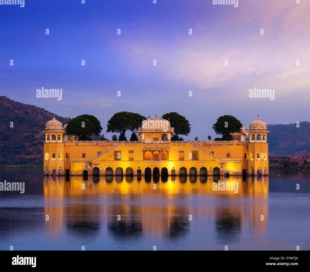 Rajasthan monument - Jal Mahal Palais d'eau sur l'homme Sagar Lake dans le soir au crépuscule. Jaipur, Photo Stock