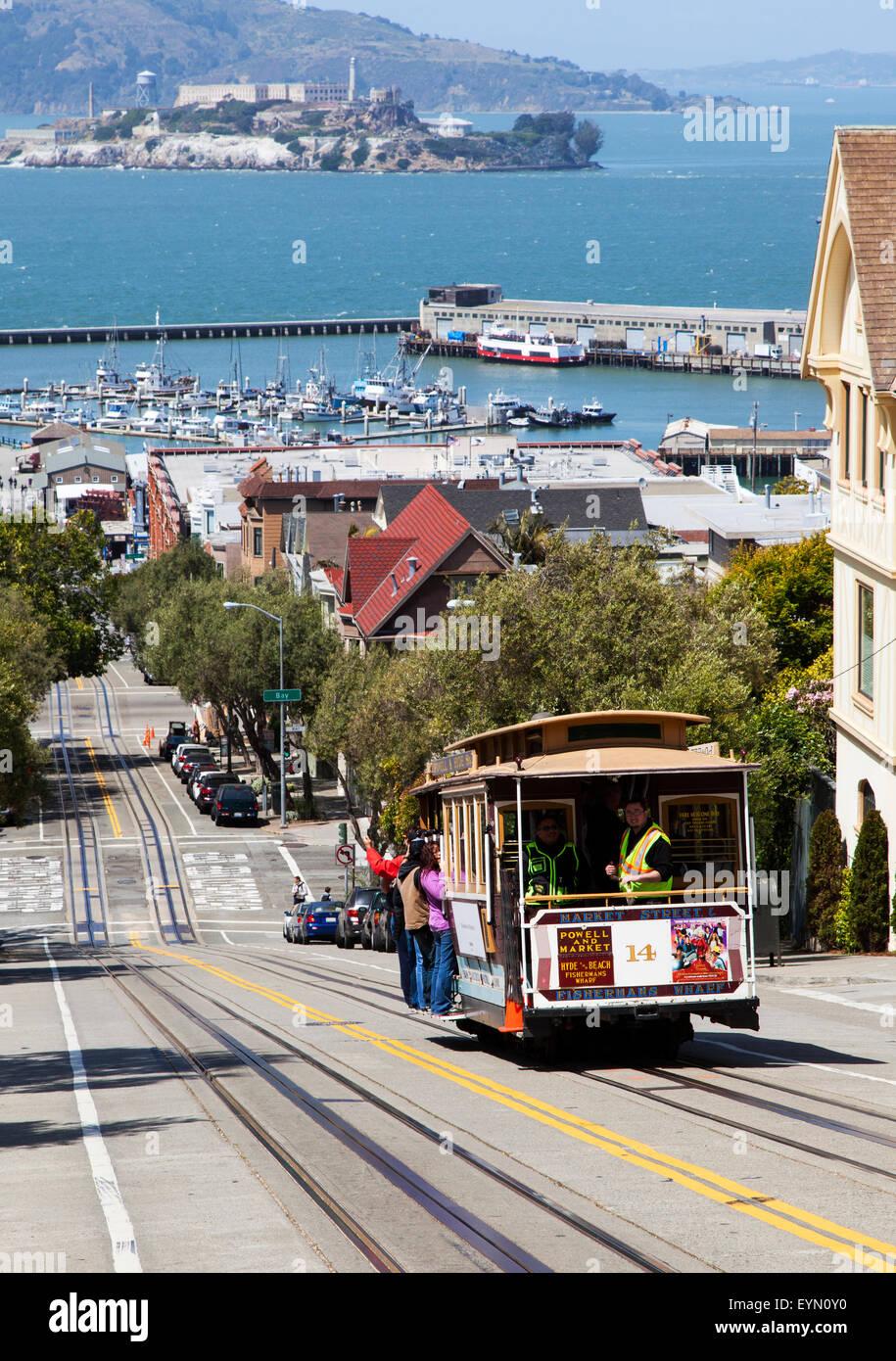 Un téléphérique descendant Hyde Street dans le centre-ville de San Francisco, USA Photo Stock