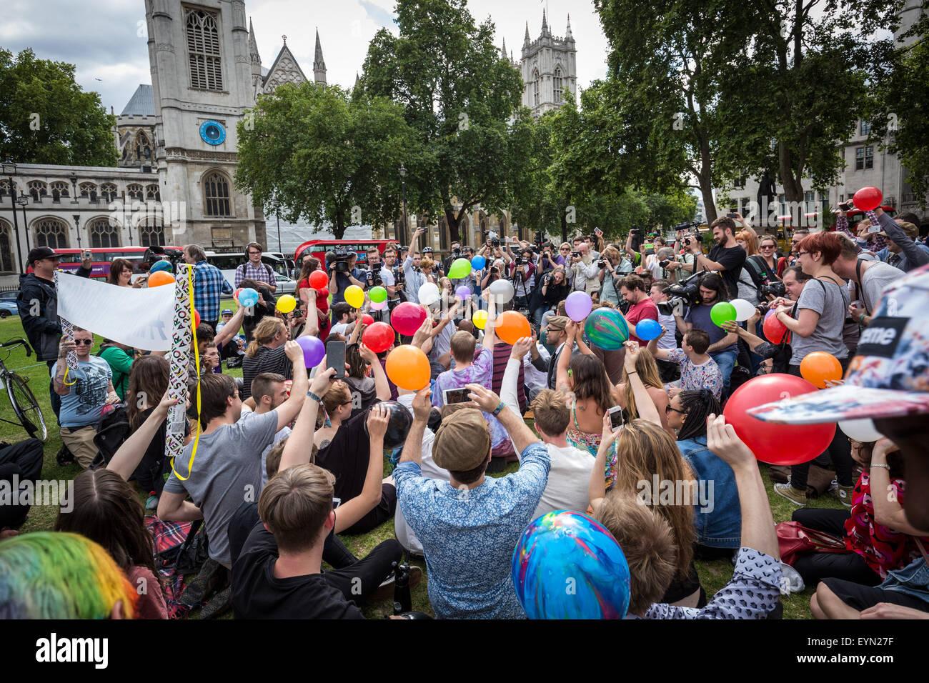 """Londres, Royaume-Uni. 1er août 2015. Les ballons gonflés à l'inhaler des militants de l'oxyde nitreux, communément connu sous le nom de """"gaz hilarant"""" de prendre de haut au cours d'une manifestation à la place du Parlement de Westminster contre un projet de loi qui vise à faire de la vente de toute substance psychoactive illégale. Crédit: Guy Josse/Alamy Live News Banque D'Images"""
