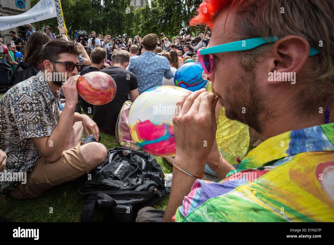 Londres, Royaume-Uni. 1er août 2015. Les ballons gonflés à l'inhaler des militants de l'oxyde nitreux, communément Banque D'Images