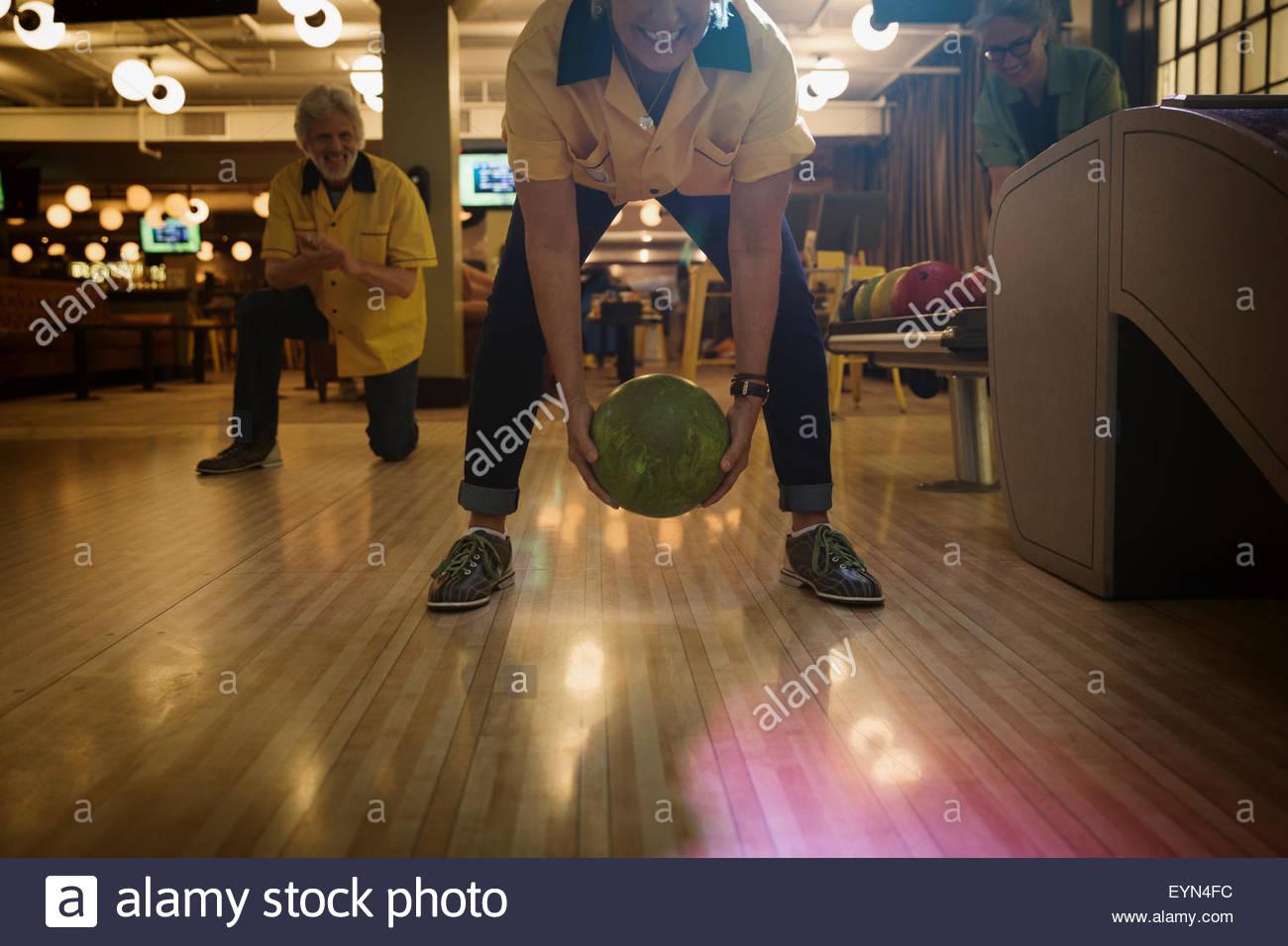 Bowling femme entre les jambes au bowling Photo Stock