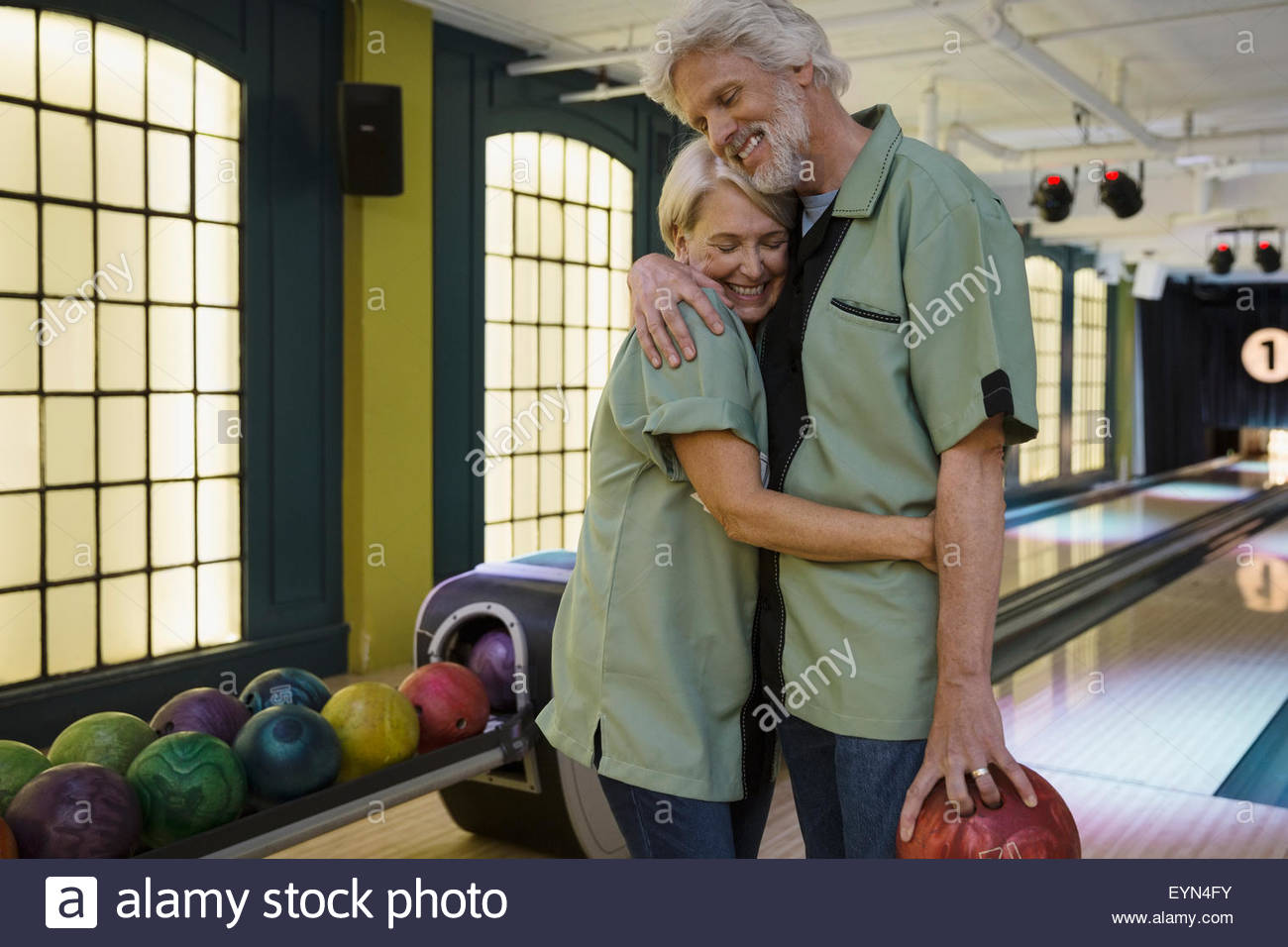 En couple hugging at chemises bowling bowling Photo Stock
