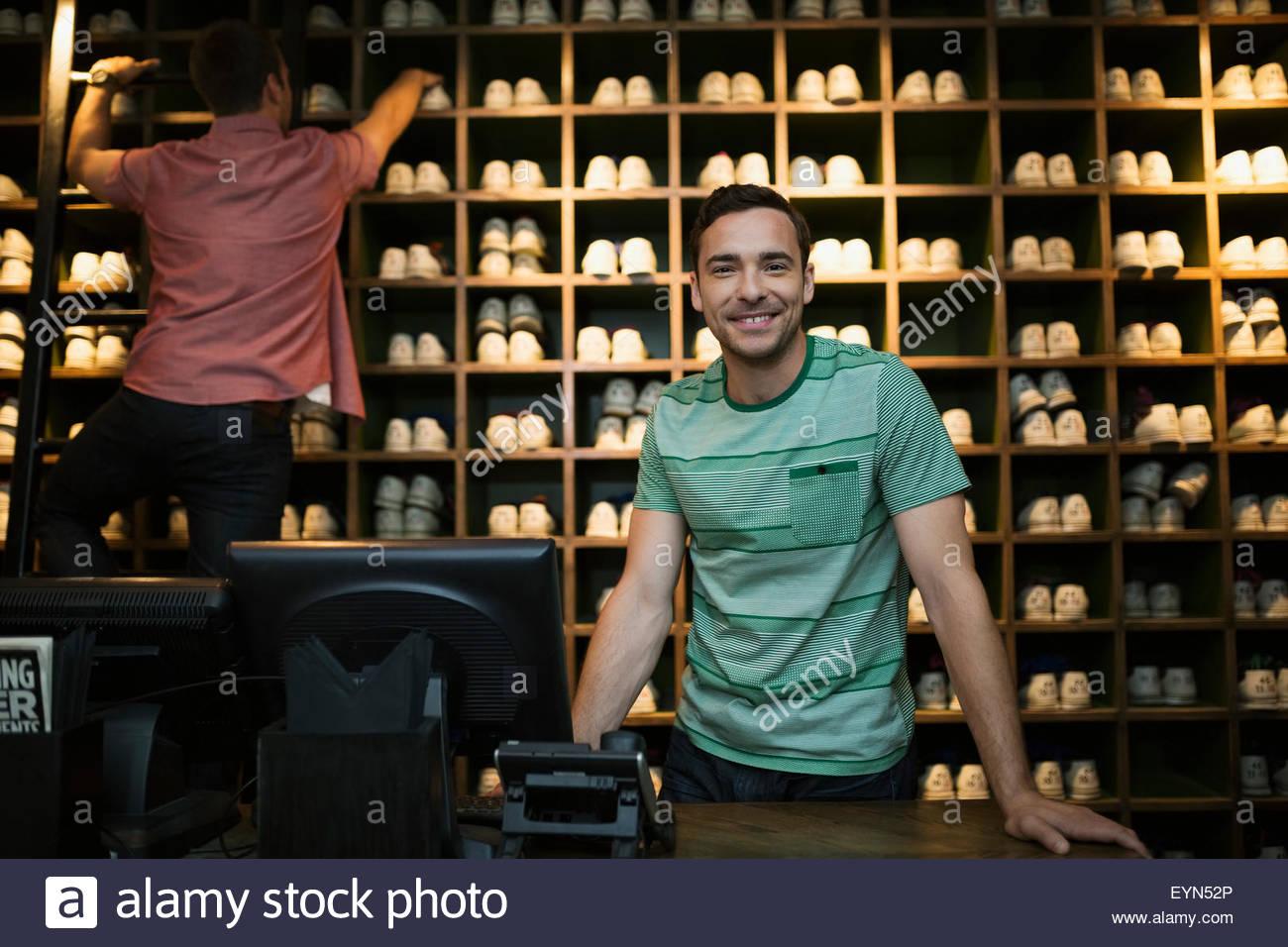 Portrait travailleur confiant comptoir de location de chaussures de bowling Photo Stock