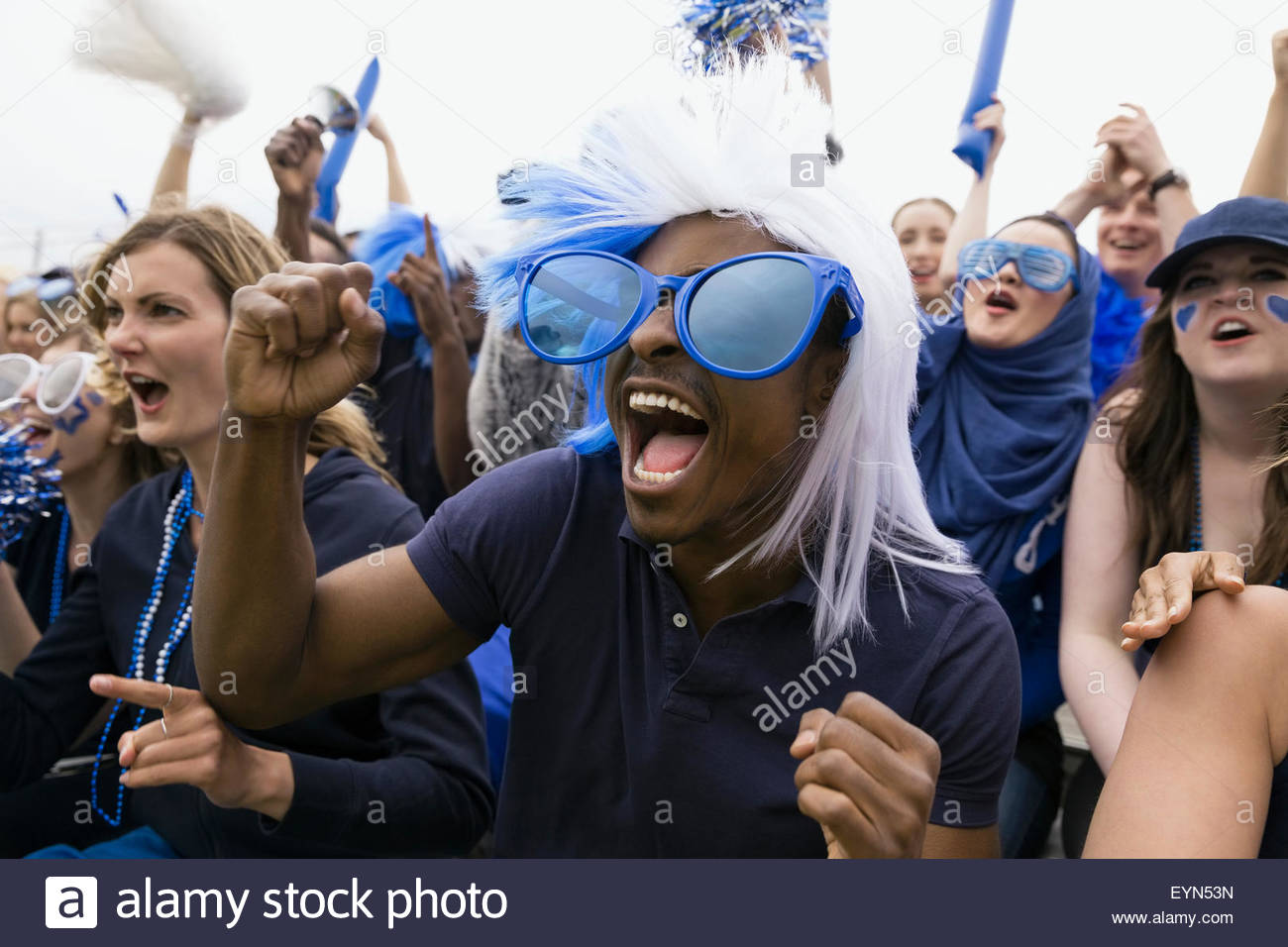 Fan enthousiaste en lunettes surdimensionnées cheering Photo Stock