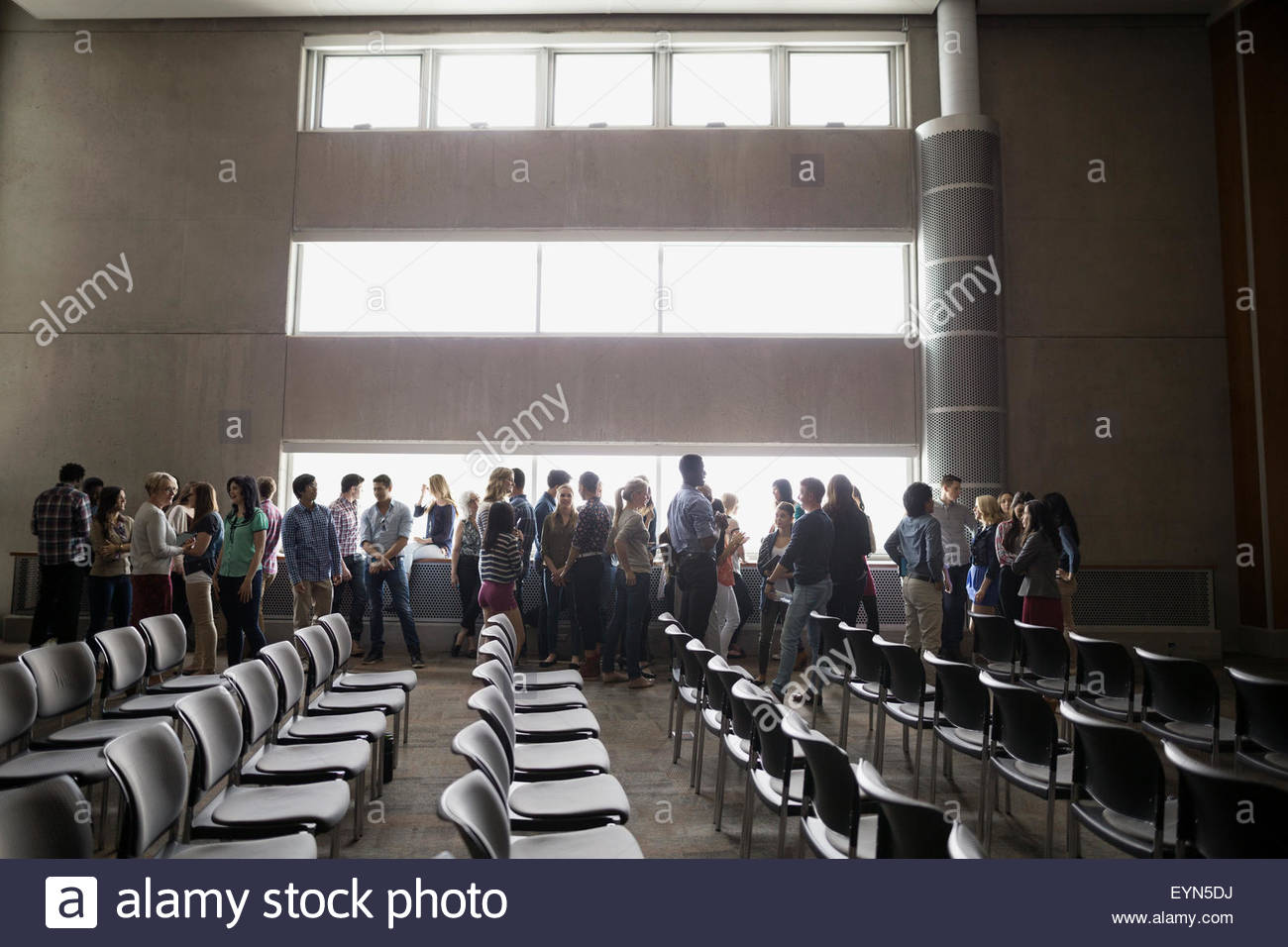 Le long de la socialisation des élèves dans l'auditorium de windows Photo Stock