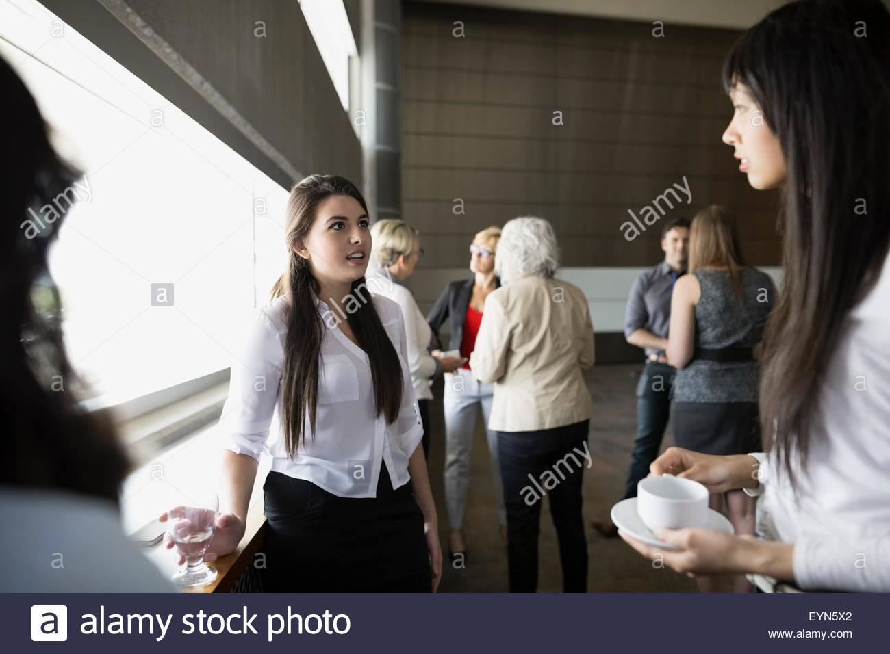 Image sociabilisation des jeunes femmes à l'auditorium Photo Stock
