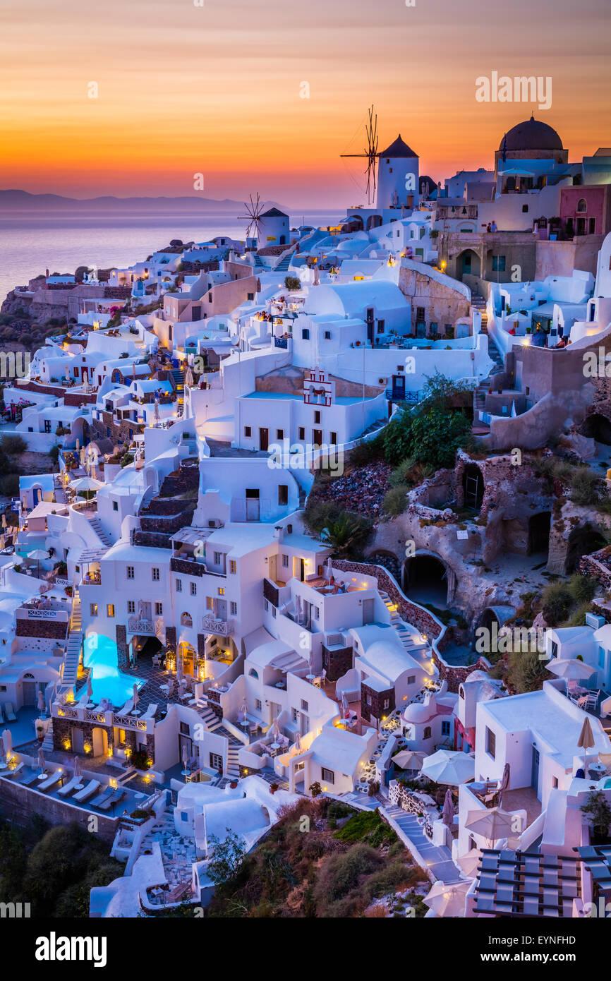 Coucher du soleil emblématique dans la ville de Oia sur l'île grecque Santorin (Théra). Photo Stock