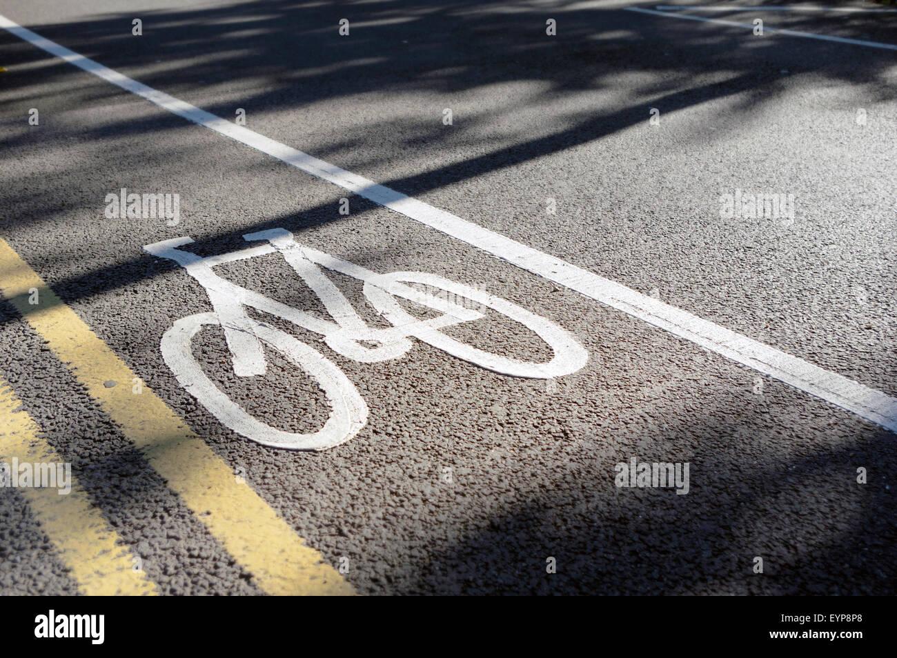Voie cyclable le marquage routier et double lignes jaunes Photo Stock