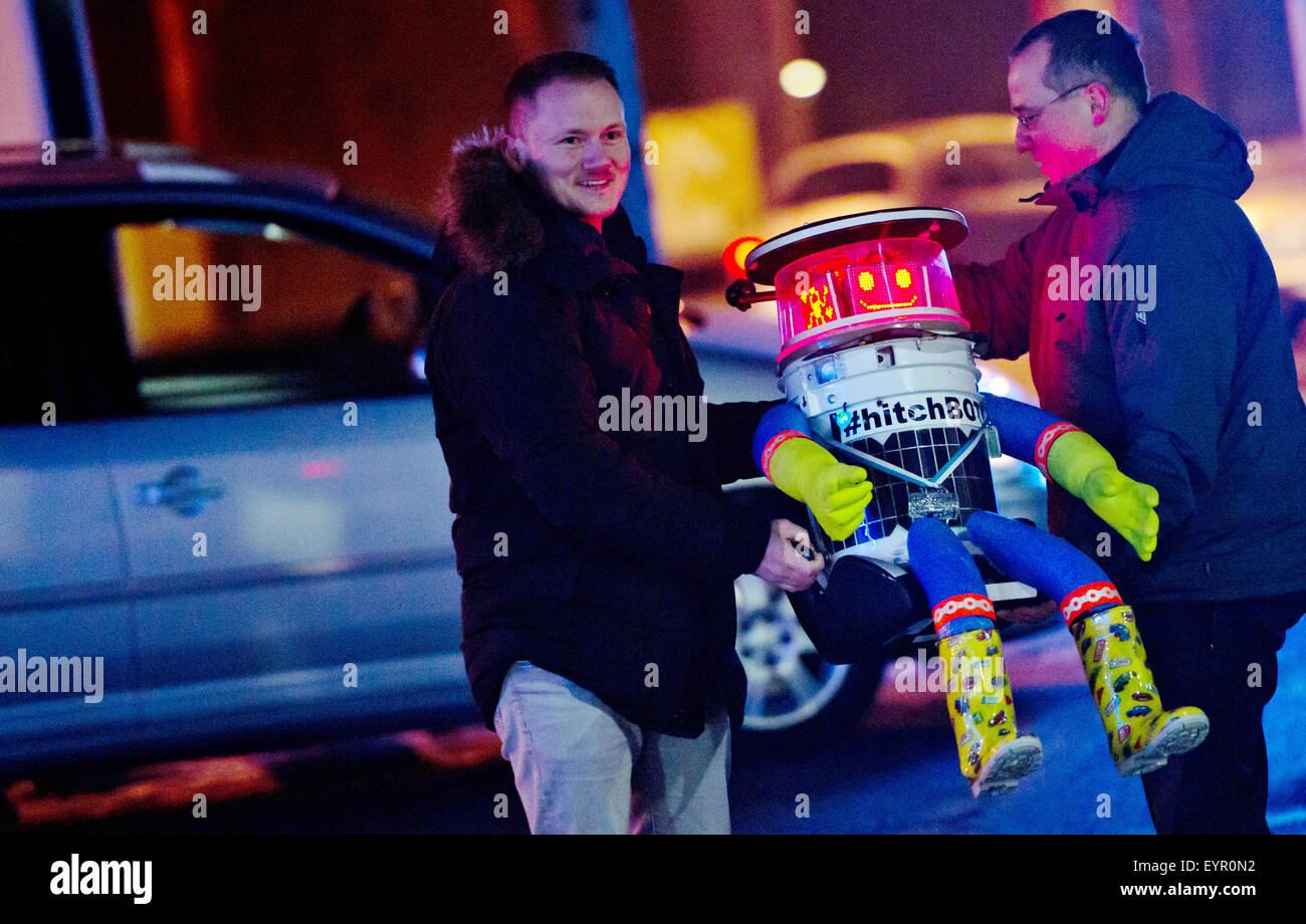Munich, Allemagne. Feb 13, 2015. L 'hitchBOT» robot est chargé dans la voiture de Martin (L) et Bernd, Photo Stock