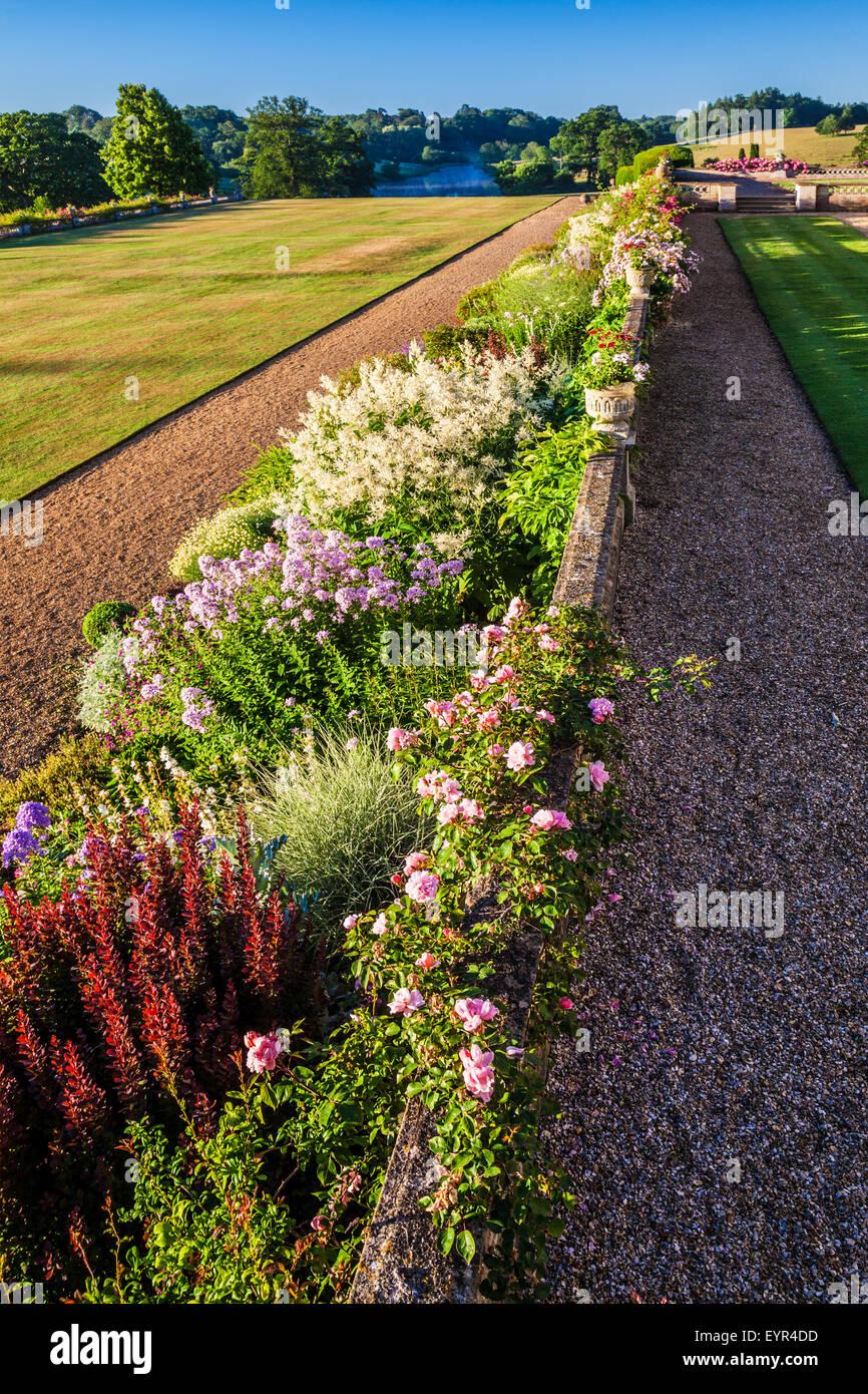 Frontière herbacées et de parc sous la terrasse de Bowood House dans le Wiltshire. Photo Stock