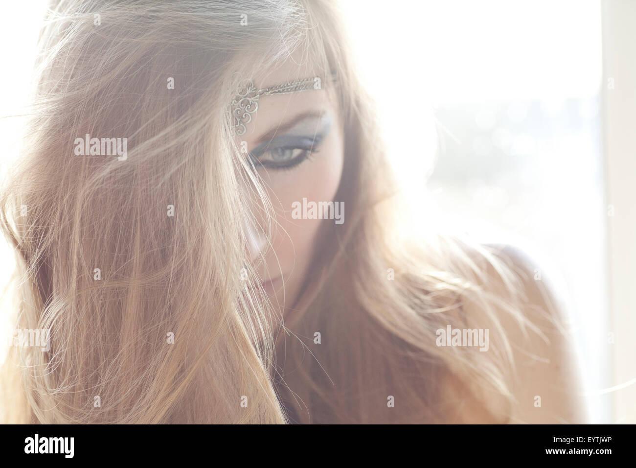 Portrait d'une jeune femme, abattue d'oeil Photo Stock