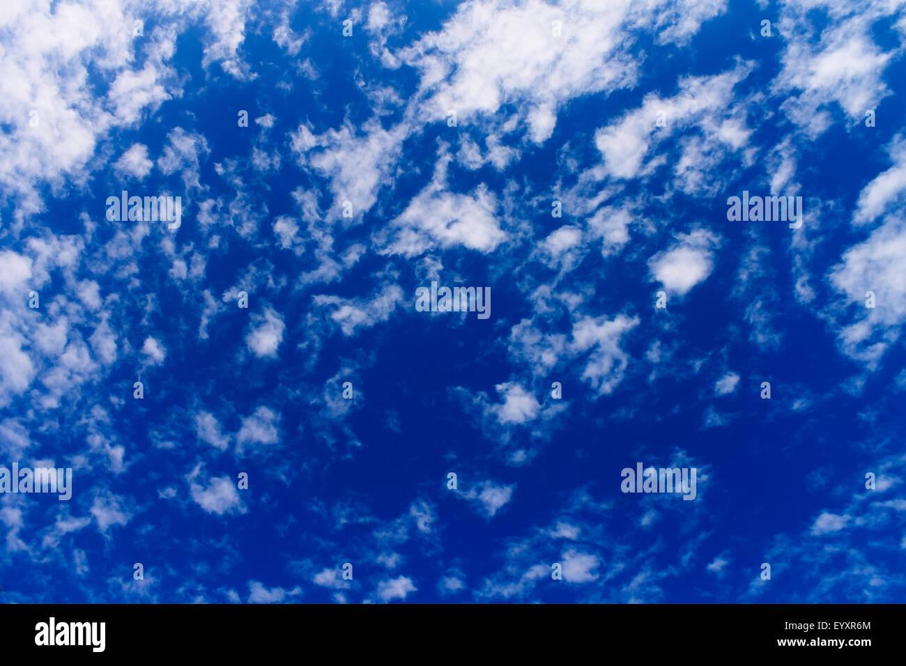 La dispersion des nuages dans le ciel Photo Stock