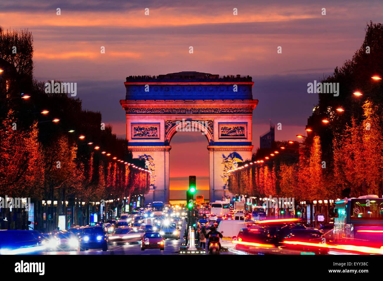 Arc de Triomphe sur le trafic la nuit, Paris, Ile-de-France, France Photo Stock