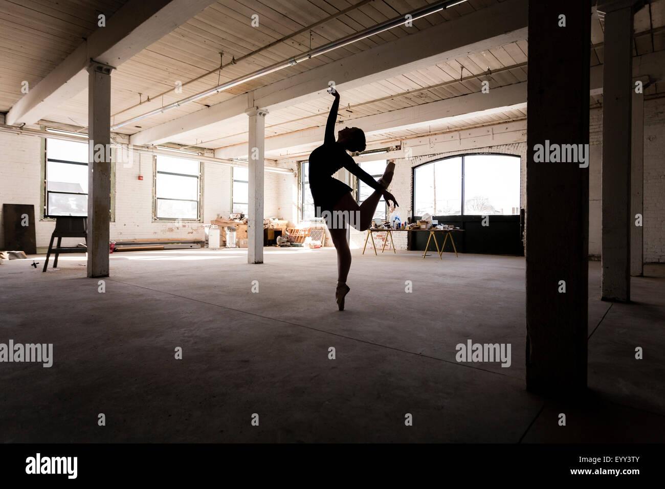 Caucasian ballerine effectuant en loft Photo Stock