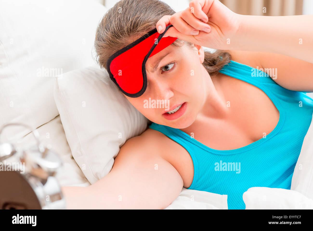 Femme réveillé le matin de mauvaise humeur Photo Stock