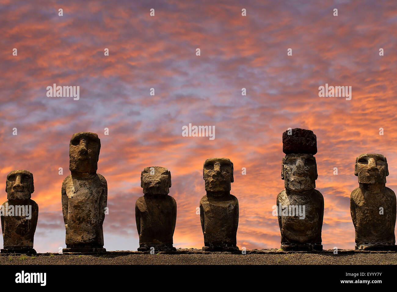 Statues Moai au coucher du soleil, le Chili, le parc national de Rapa Nui Photo Stock