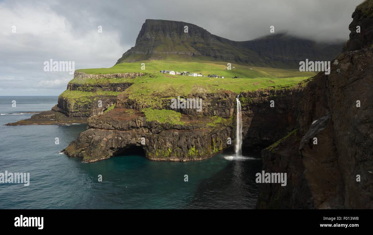 La chute d'Mulafossur Gasadalur et le village de. Vagar et l'île. Îles Féroé Photo Stock
