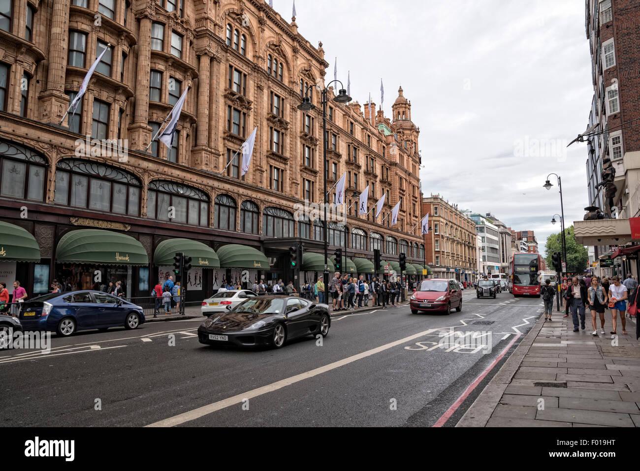 Le trafic sur un dimanche après-midi pluvieux dans la section Knightbridge de Londres, en Angleterre. Harrod's Photo Stock