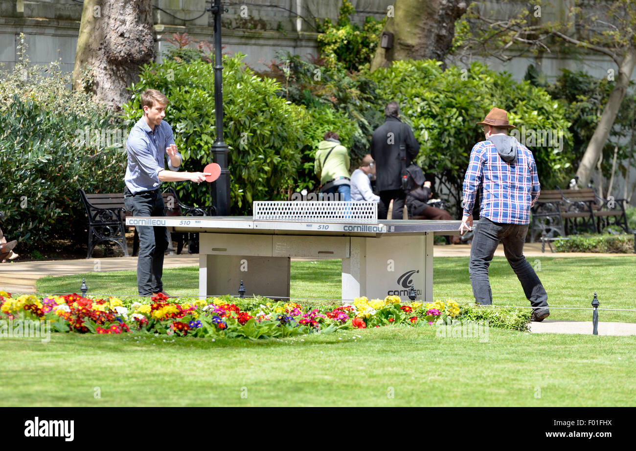 Londres, Angleterre, Royaume-Uni. Tennis de table en plein air dans un parc de Londres Photo Stock