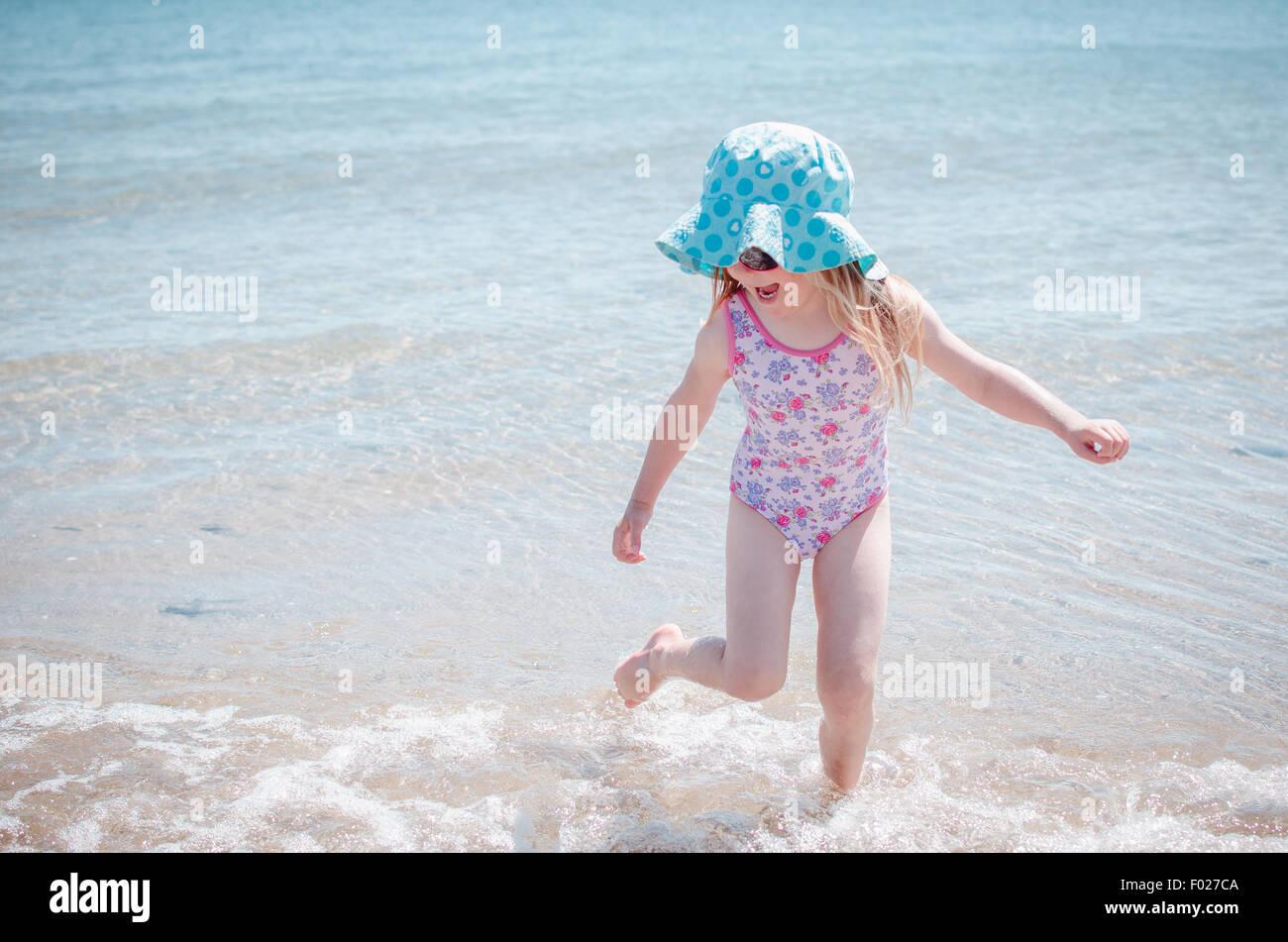 Girl splashing about dans la mer Photo Stock