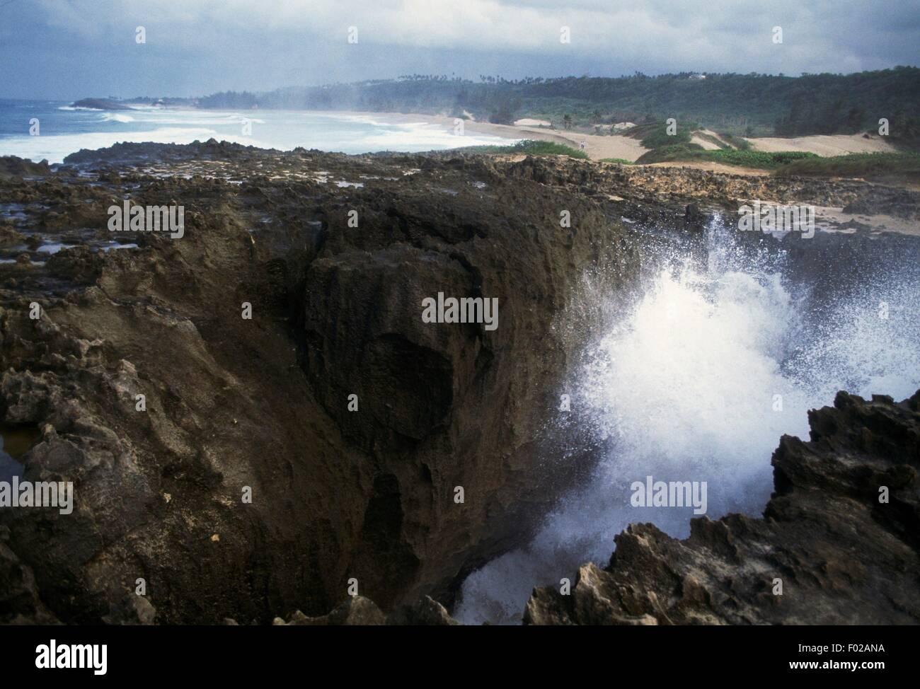 Vagues se brisant sur la côte rocheuse du nord de Quebradillas, Puerto Rico. Photo Stock