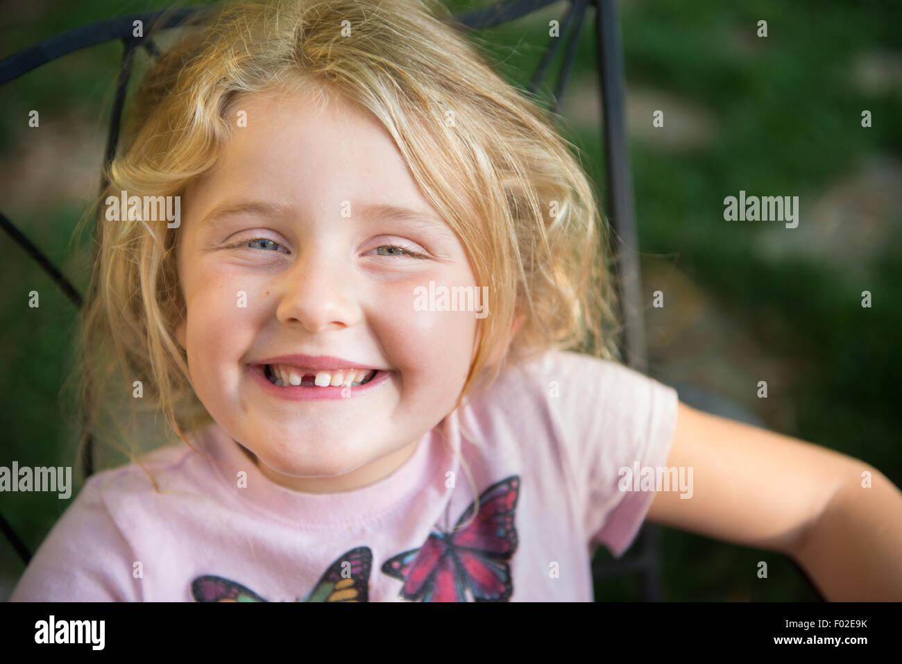 Portrait d'une fille avec le sourire à pleines dents Photo Stock