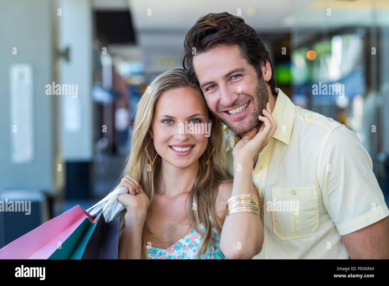 Femme de toucher avec amour face de son petit ami Photo Stock