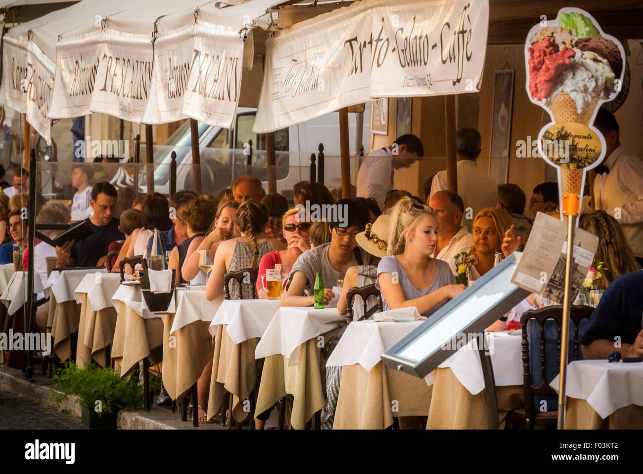 Les repas à l'extérieur. Rome, Italie. Photo Stock