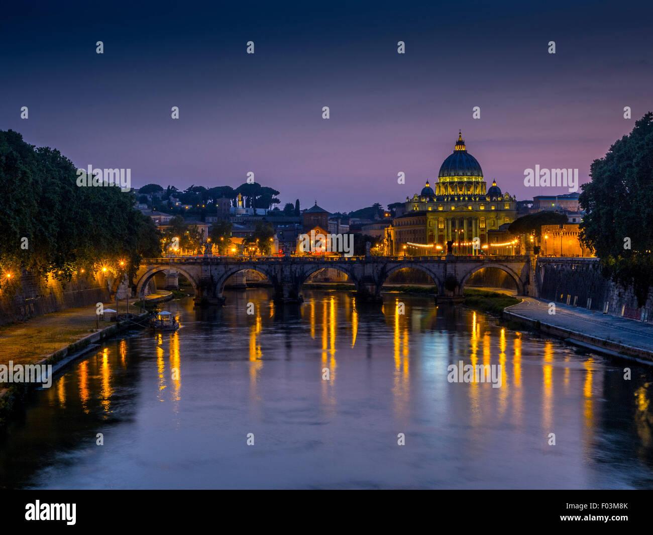 La basilique Saint Pierre. La nuit de la Cité du Vatican, Rome. L'Italie. Photo Stock