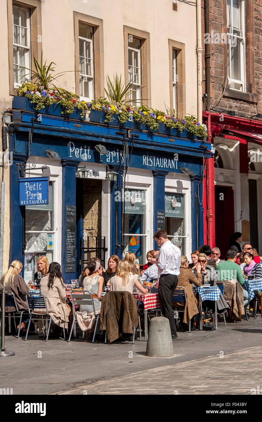 Les gens à l'extérieur d'une salle de restaurant sur un été à Édimbourg, en Écosse. Banque D'Images