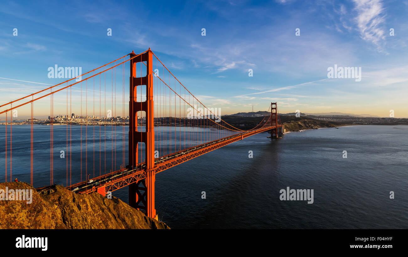 San Francisco golden gate bridge et la ville au coucher du soleil Photo Stock