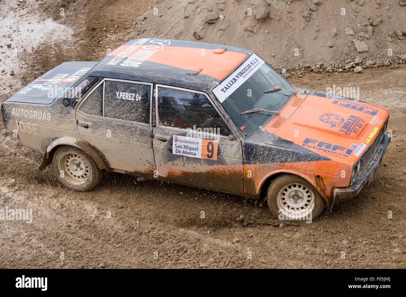 TENERIFE, ESPAGNE - 2 août: Seat 131, vintage voiture rallye, au cours de sa participation à un Photo Stock
