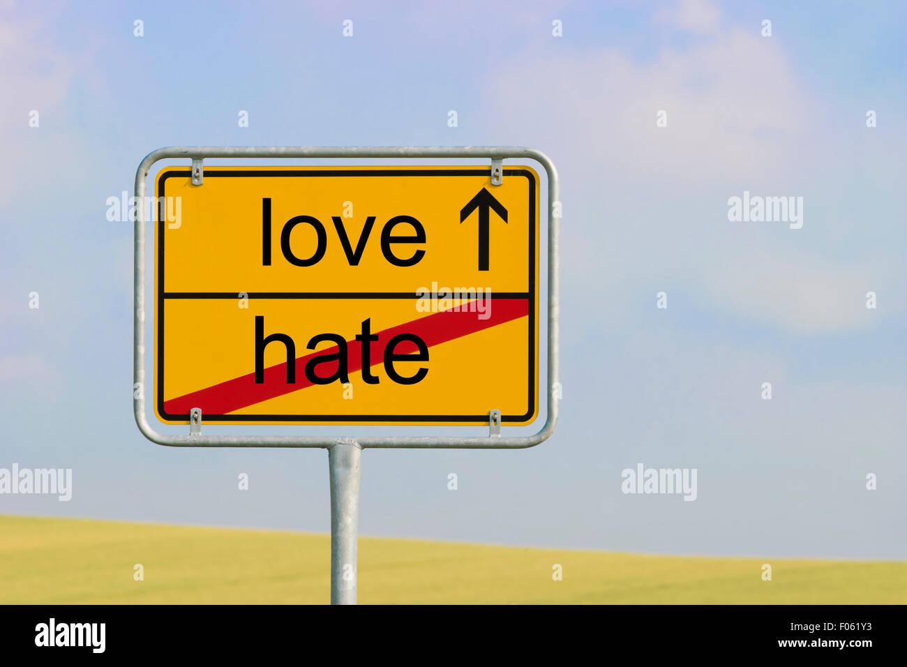 Ville jaune panneau avec texte 'love' de haine Photo Stock