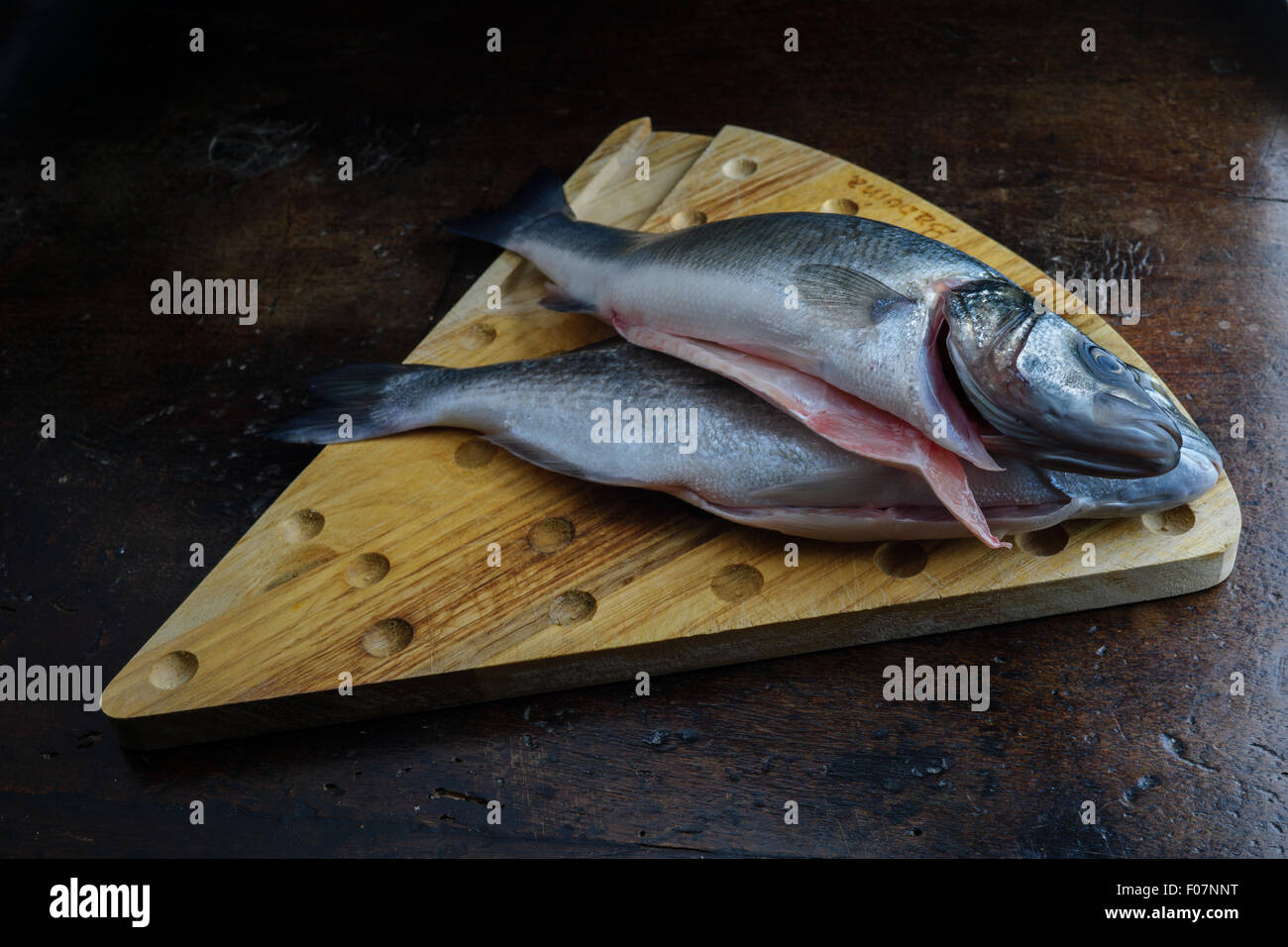 Uncoucked poisson sur une vieille table marron Photo Stock