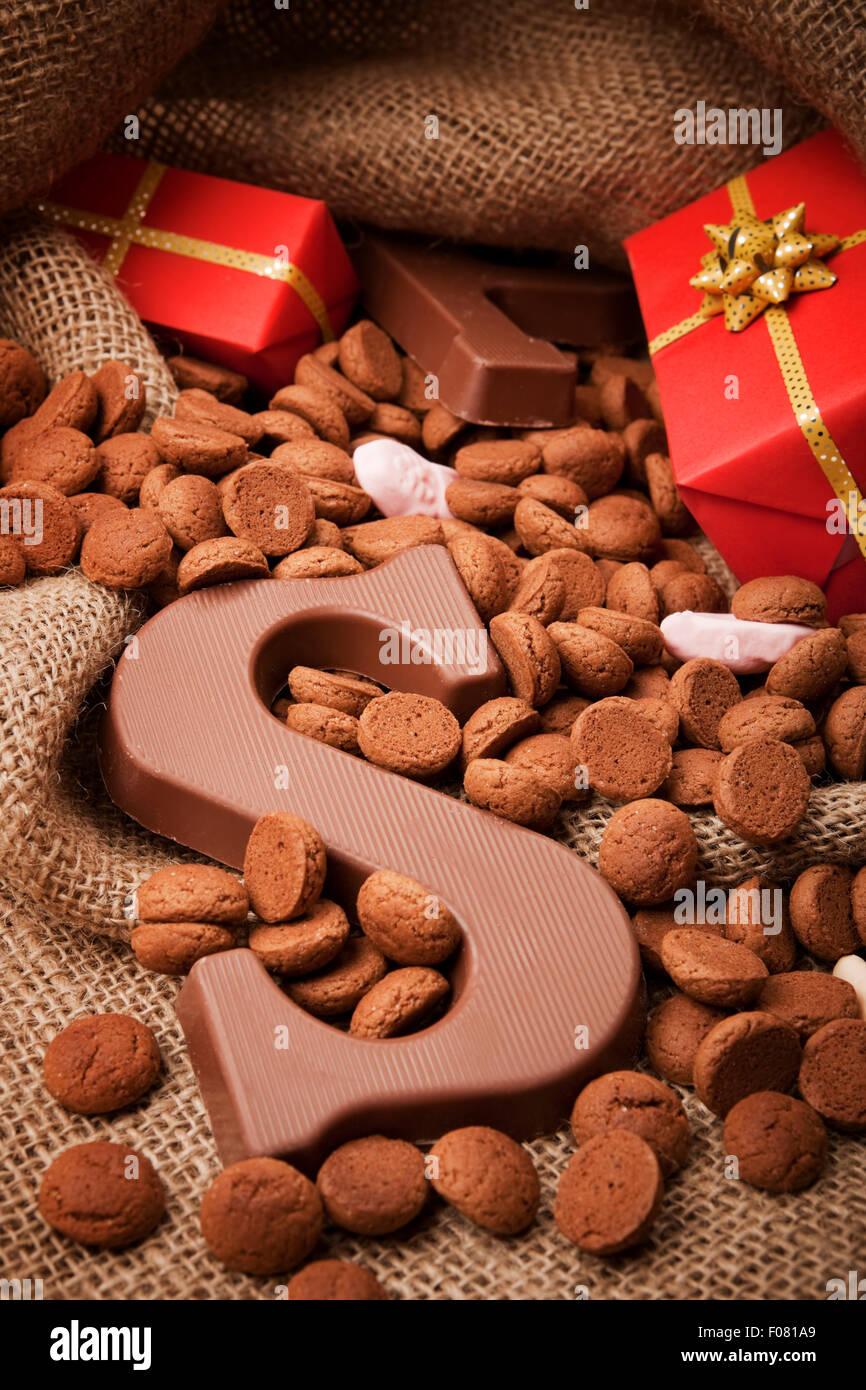 "'De zak van Sinterklaas"" (St. Nicholas' sac) rempli de 'pepernoten"", une lettre de chocolat Photo Stock"