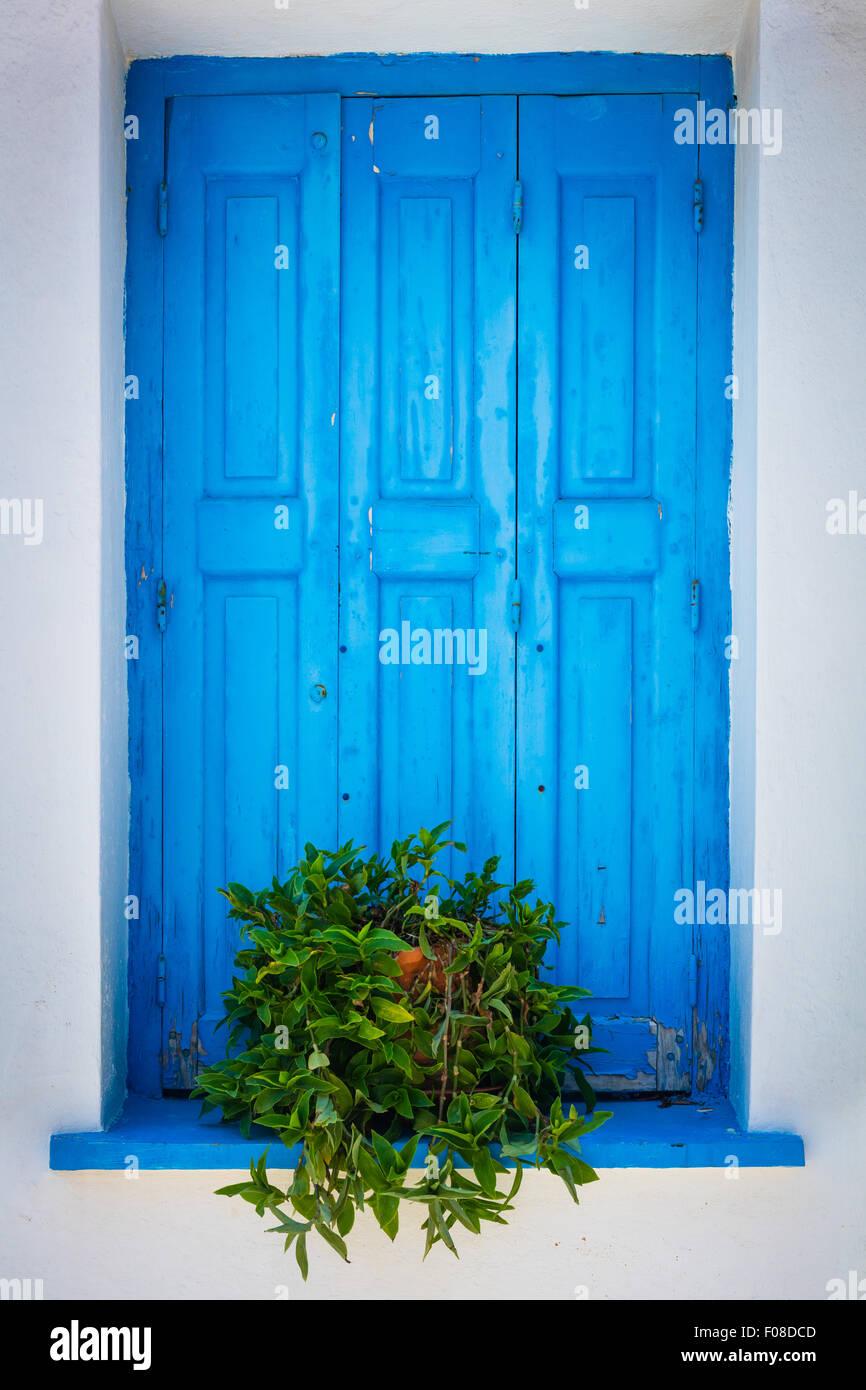 Volets en bleu sur blanc caractéristique des couleurs dans Kokkari sur l'île grecque de Samos. Photo Stock
